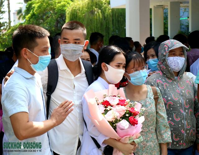 Xúc động hình ảnh vợ, con nhỏ tiễn chồng, cha lên đường hỗ trợ TP. HCM chống dịch COVID-19 - Ảnh 4.
