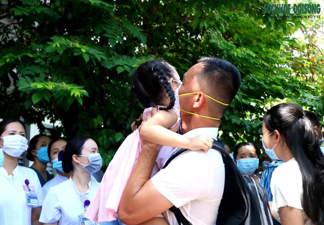 Xúc động hình ảnh vợ, con nhỏ tiễn chồng, cha lên đường hỗ trợ TP. HCM chống dịch COVID-19 - Ảnh 2.