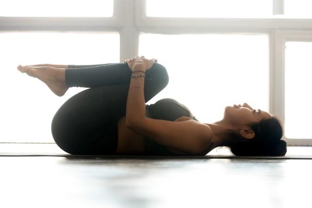 8 động tác kéo giãn đơn giản giúp giảm đau thắt lưng cực hiệu quả - Ảnh 1.