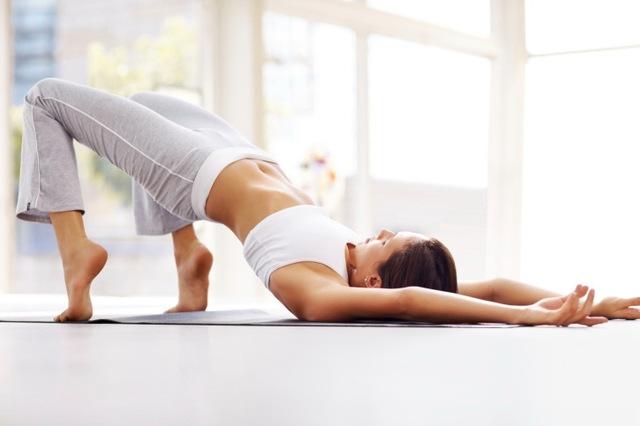8 động tác kéo giãn đơn giản giúp giảm đau thắt lưng cực hiệu quả - Ảnh 4.