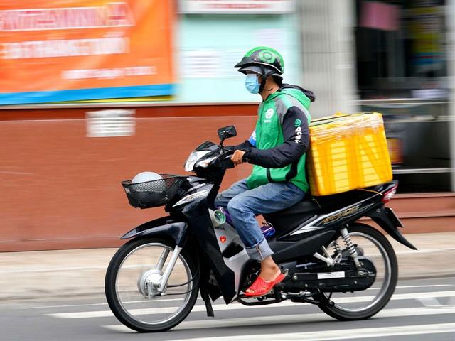 Thư Sài Gòn (số 18): Vâng, tôi là một shipper giữa Sài Gòn tháng 8 - Ảnh 1.