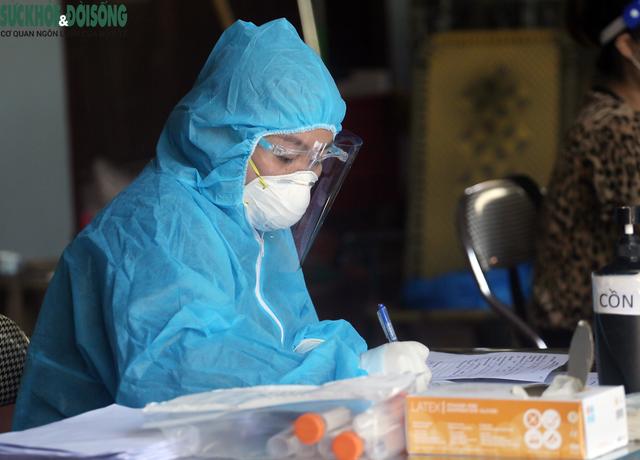 """[Ảnh] Hà Nội tiếp tục lấy mẫu xét nghiệm SARS-CoV-2 trên diện rộng, quyết """"truy lùng"""" hết F0 - Ảnh 14."""