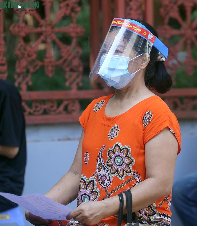 """[Ảnh] Hà Nội tiếp tục lấy mẫu xét nghiệm SARS-CoV-2 trên diện rộng, quyết """"truy lùng"""" hết F0 - Ảnh 8."""
