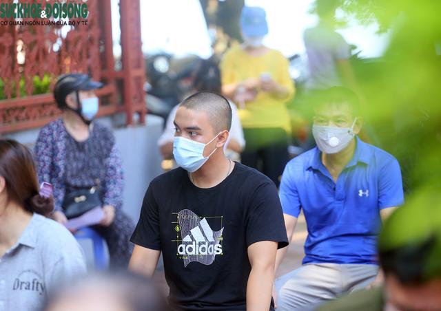 """[Ảnh] Hà Nội tiếp tục lấy mẫu xét nghiệm SARS-CoV-2 trên diện rộng, quyết """"truy lùng"""" hết F0 - Ảnh 6."""