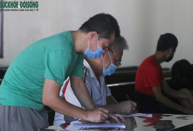 """[Ảnh] Hà Nội tiếp tục lấy mẫu xét nghiệm SARS-CoV-2 trên diện rộng, quyết """"truy lùng"""" hết F0 - Ảnh 3."""