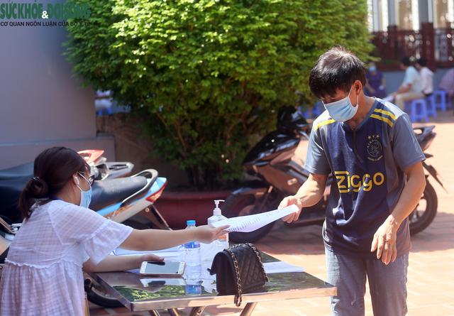 """[Ảnh] Hà Nội tiếp tục lấy mẫu xét nghiệm SARS-CoV-2 trên diện rộng, quyết """"truy lùng"""" hết F0 - Ảnh 2."""