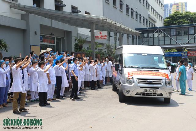 30 thầy thuốc BV Hữu Nghị vào Tiền Giang chống dịch - Ảnh 2.