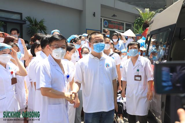 30 thầy thuốc BV Hữu Nghị vào Tiền Giang chống dịch - Ảnh 3.