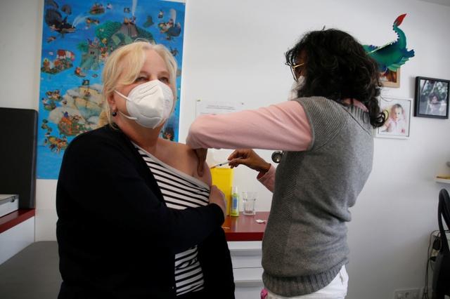 Giá bán vaccine ngừa COVID-19 của hai nhà sản xuất Pfizer và Moderna tăng lên so với hợp đồng cung ứng đầu tiên ở Liên minh châu Âu (EU).