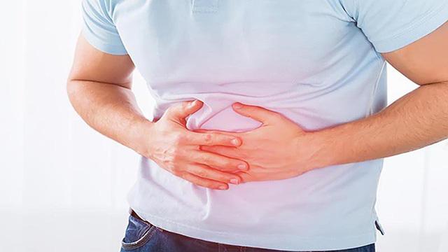 Sỏi thận gây đau ở vùng hố thắt lưng một bên, lan ra phía trước, xuống dưới.