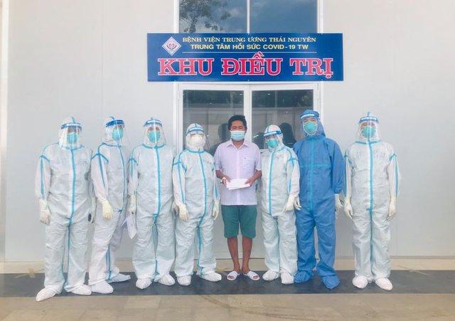 Bệnh nhân nặng đầu tiên được xuất viện tại Trung tâm hồi sức COVID-19 trung ương ở Long An