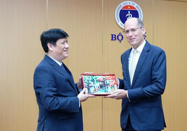 Bộ trưởng Y tế Nguyễn Thanh Long và TS.John MacArthur, Giám đốc CDC Hoa Kỳ khu vực Đông Nam Á