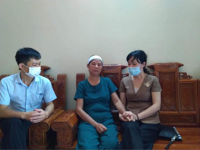 Đoàn công tác của Bệnh viện Trung ương Thái Nguyên chia buồn cùng thân mẫu điều dưỡng Nguyễn Đình Hùng