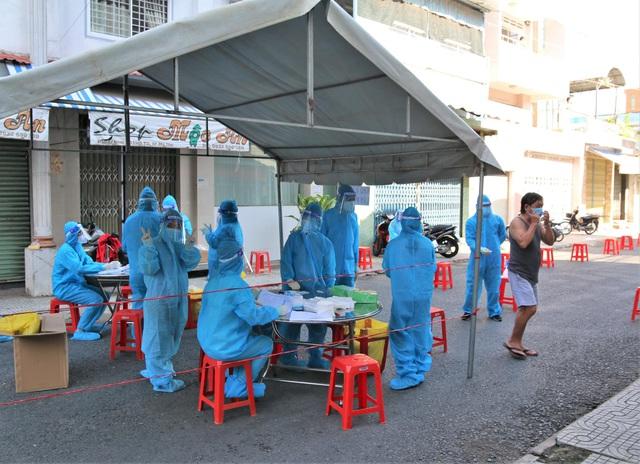 Nhân viên y tế lấy mẫu xét nghiệm cho người dân trên địa bàn phường 5, TP Mỹ Tho, Tiền Giang
