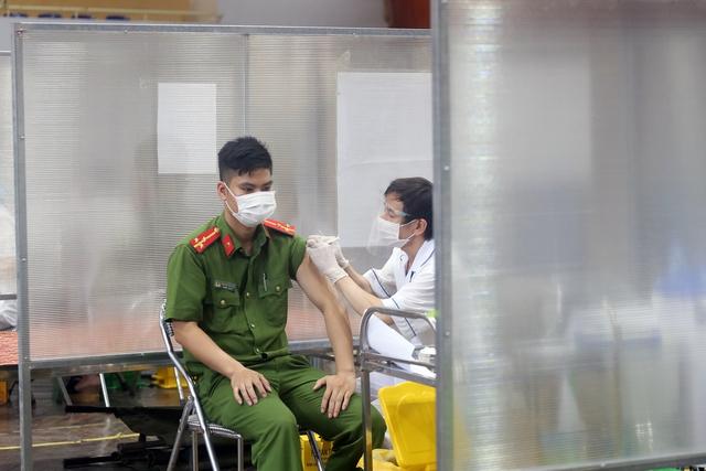 Hà Nội: Trưng dụng Nhà thi đấu Trịnh Hoài Đức thành tiểm tiêm vaccine phòng COVID-19 - Ảnh 8.