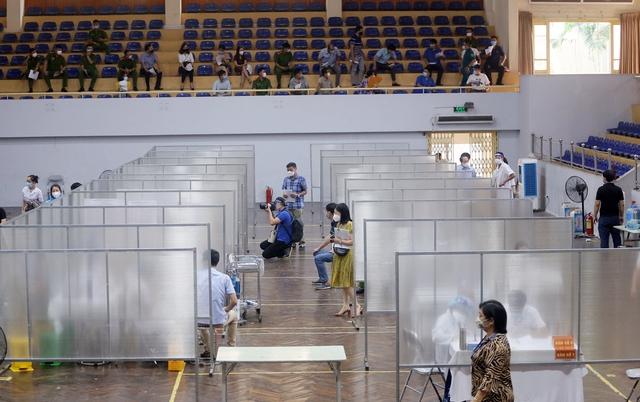 Hà Nội: Trưng dụng Nhà thi đấu Trịnh Hoài Đức thành tiểm tiêm vaccine phòng COVID-19 - Ảnh 12.