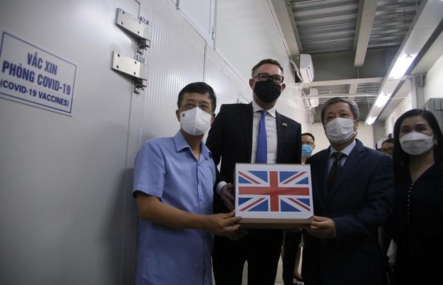 Tiếp nhận 415.000 liều vắc xin AstraZeneca từ Chính phủ Anh tặng - Ảnh 1.