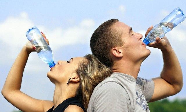 Uống đủ nước hàng ngày để tránh bệnh tim lúc về già - Ảnh 1.