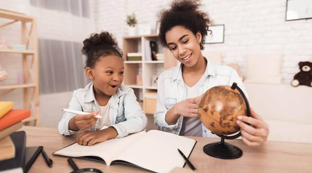 Dạy con học bài là một cách giúp tâm trạng vui vẻ, gắn kết tình cảm gia đình trong thời gian giãn cách