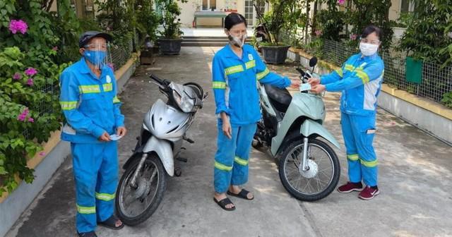 Nữ lao công bị cướp ở Hà Nội mất ăn mất ngủ vì được tặng… 4 xe máy - Ảnh 3.