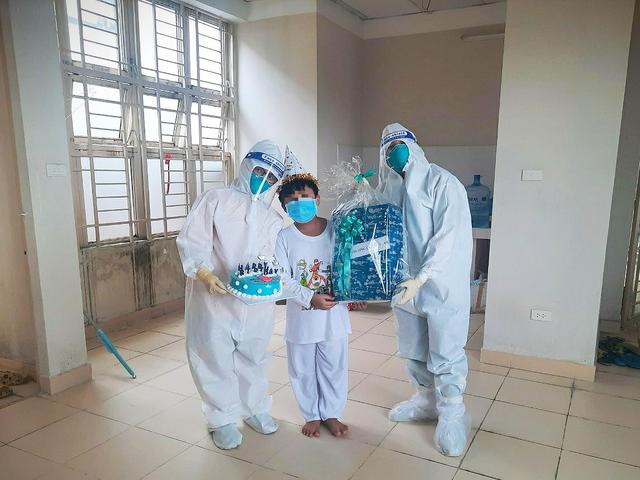 Thư Sài Gòn (số 12): Siêu nhân 9 tuổi F0 tại bệnh viện dã chiến - Ảnh 1.