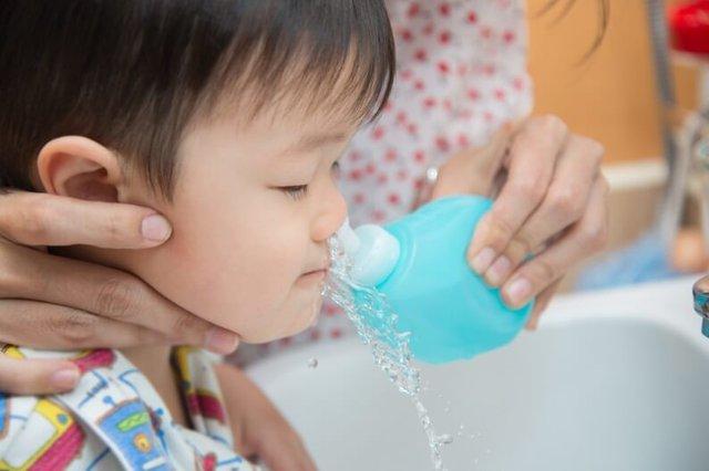 Rửa mũi đúng cách giúp loai bỏ chất nhờn, dị vật, thức ăn, vi khuẩn, virus trong mũi, giảm nguy cơ nhiễm bệnh, tăng hiệu quả điều trị bệnh.