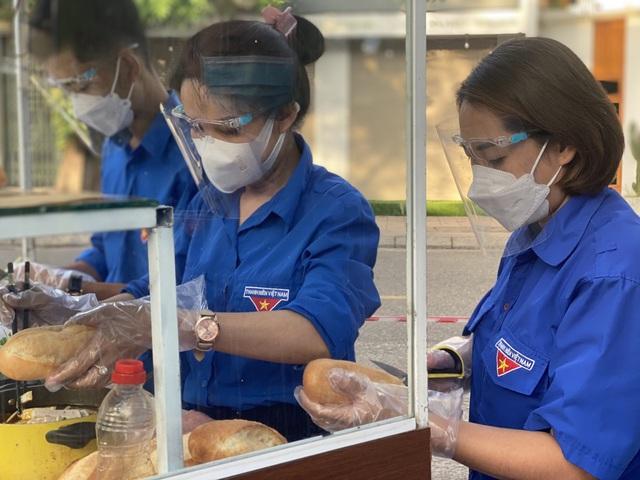 """Quảng Trị: """"Tủ bánh mì yêu thương"""" ấm lòng bệnh nhân trong đại dịch COVID-19 - Ảnh 1."""