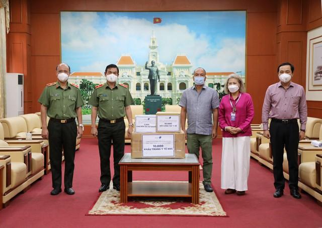 VinMart/VinMart+ tiếp sức tuyến đầu chống dịch tại TP. Hồ Chí Minh hàng chục ngàn vật tư y tế và nhu yếu phẩm   - Ảnh 2.