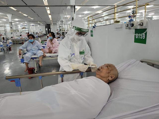 Bên trong khu điều trị hơn 300 bệnh nhân COVID-19 ở TP Hồ Chí Minh, người lo lắng tột cùng, người lại hạnh phúc đếm từng ngày khoảnh khắc được ra viện - Ảnh 12.