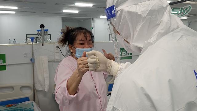 Bên trong khu điều trị hơn 300 bệnh nhân COVID-19 ở TP Hồ Chí Minh, người lo lắng tột cùng, người lại hạnh phúc đếm từng ngày khoảnh khắc được ra viện - Ảnh 17.