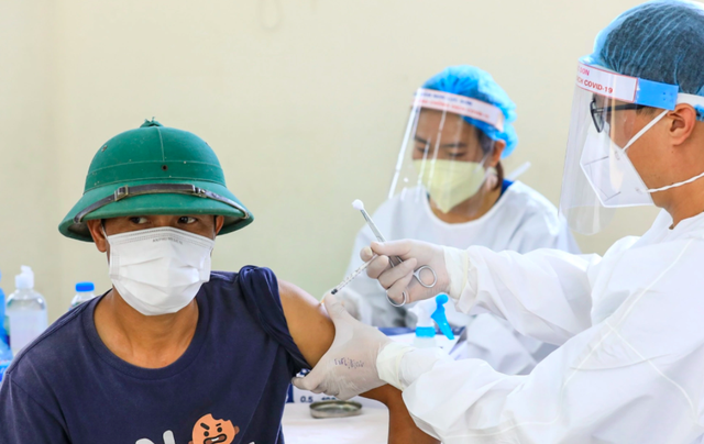 Hà Nội liên tục lập kỷ lục số vaccine COVID-19 được tiêm trong ngày  - Ảnh 2.