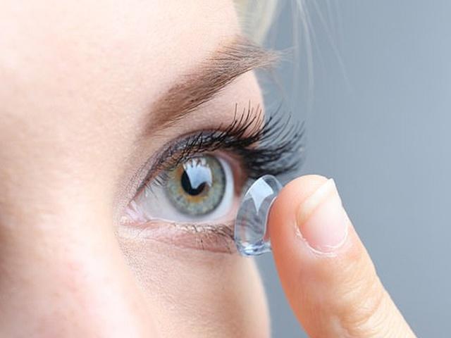 Top 6 điều cần lưu ý khi đeo kính áp tròng tạo màu mắt - Ảnh 2.