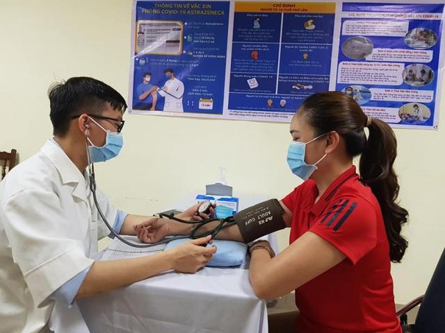 Những trường hợp nào cần phải đo huyết áp khi tiêm vaccine COVID-19? - Ảnh 1.