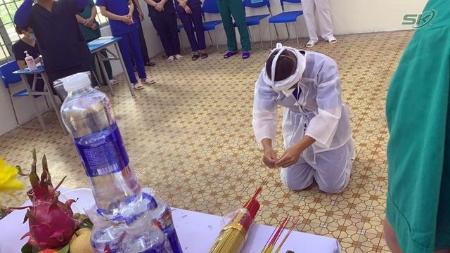 Thầy giáo trường y nén đau thương chịu tang mẹ nơi tuyến đầu chống dịch TP Hồ Chí Minh - Ảnh 1.