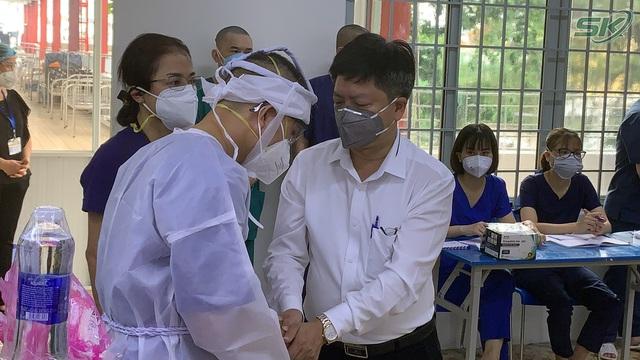 Thầy giáo trường y nén đau thương chịu tang mẹ nơi tuyến đầu chống dịch TP Hồ Chí Minh - Ảnh 3.