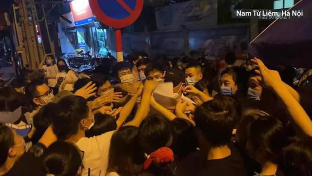 Hà Nội yêu cầu làm rõ trách nhiệm phường Trung Văn khi để người dân chen lấn tại điểm tiêm vaccine  - Ảnh 2.