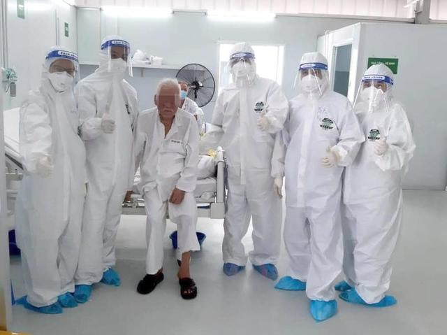 Ngày ông cụ T ra viện, các y bác sĩ Trung tâm hồi sức người bệnh Covid 19 Việt Đức tại Tp Hồ Chí Minh không giấu nổi niềm hạnh phúc. Chúc ông mạnh khoẻ bình an và thêm nhiều mùa xuân viên mãn bên con cháu!