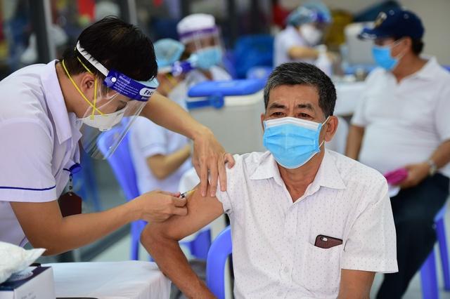 Nguy cơ tử vong do COVID-19 cao gấp 11 lần ở người không tiêm chủng - Ảnh 1.