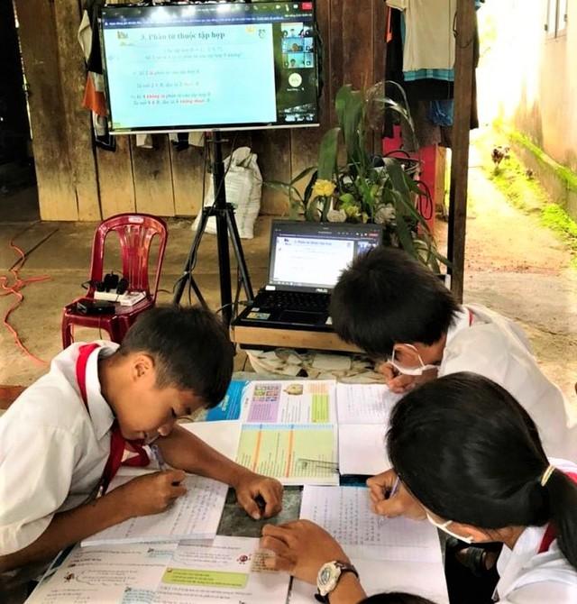 Học sinh khó khăn được hỗ trợ thiết bị và các nền tảng phục vụ học trực tuyến thế nào? - Ảnh 2.