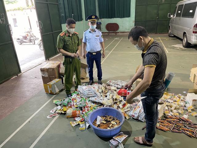 Lực lượng chức năng tiêu hủy số hàng hóa vi phạm