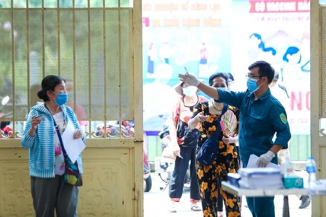 Xác minh nguyên nhân nhiều người chưa tiêm vaccine COVID-19 tại phường đông dân nhất Hà Nội - Ảnh 2.