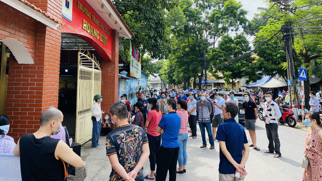 Phường đông dân nhất Hà Nội nói về yêu cầu không thực hiện tiêm chủng phải cam kết - Ảnh 3.