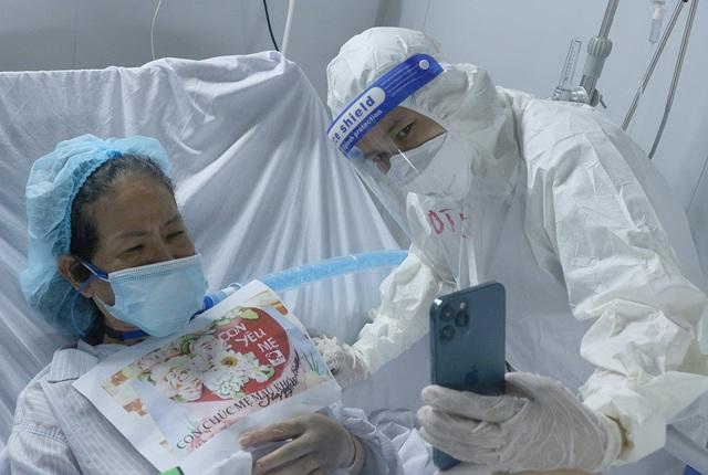 """Những """"món quà vô giá"""" giữa Trung tâm Hồi sức tích cực điều trị COVID-19 khắc nghiệt - Ảnh 2."""