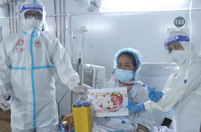 """Những """"món quà vô giá"""" giữa Trung tâm Hồi sức tích cực điều trị COVID-19 khắc nghiệt - Ảnh 5."""