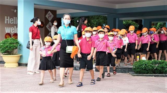 Nhiều địa phương thực hiện nghiêm túc các quy định phòng dịch khi cho học sinh trở lại trường - Ảnh 3.