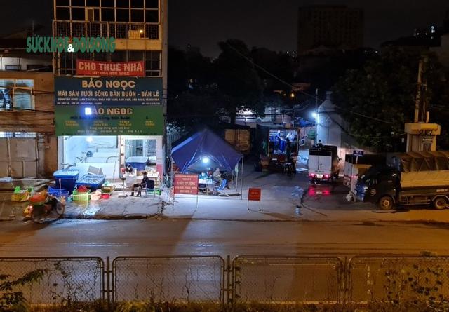 Xử phạt nhiều trường hợp tụ tập bên ngoài chợ cá lớn nhất Hà Nội giữa cao điểm chống dịch - Ảnh 7.
