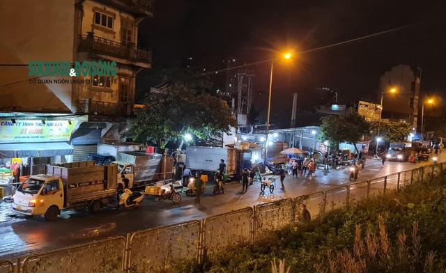 Xử phạt nhiều trường hợp tụ tập bên ngoài chợ cá lớn nhất Hà Nội giữa cao điểm chống dịch - Ảnh 8.