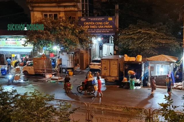 Xử phạt nhiều trường hợp tụ tập bên ngoài chợ cá lớn nhất Hà Nội giữa cao điểm chống dịch - Ảnh 9.