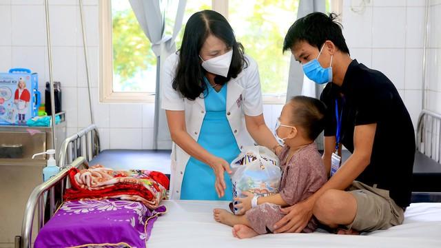 Mang Trung thu yêu thương đến với bệnh nhi đang điều trị tại BV TW Huế - Ảnh 2.