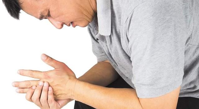 Người bị bệnh gout có biểu hiện đầu tiên là thường đau ở ngón tay (ngón cái), xuất hiện các tophy (u cục) ở khớp, quanh khớp, ở vành tai.